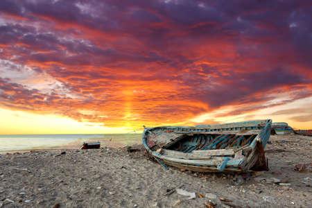 Foto de Seascape with old derelict fishing boat - Imagen libre de derechos