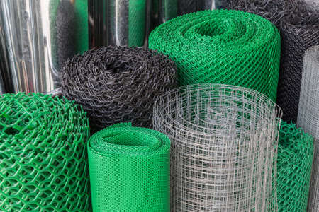 Photo pour Rolls of plastice and steel wire mesh in various sizes and patterns - image libre de droit
