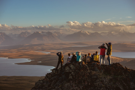 Foto de Big group of friends on mountains top - Imagen libre de derechos