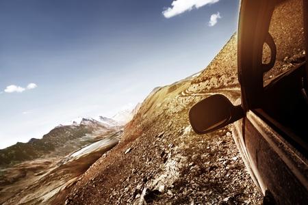 Photo pour Offroad car climbing mountain pass - image libre de droit
