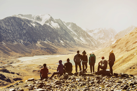 Foto per Group friends tourists mountains viewpoint - Immagine Royalty Free
