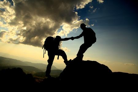 Foto de help climbers silhouette - Imagen libre de derechos