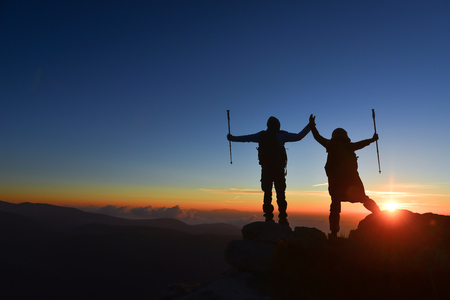 Foto de spouses engaged in successful mountaineering - Imagen libre de derechos