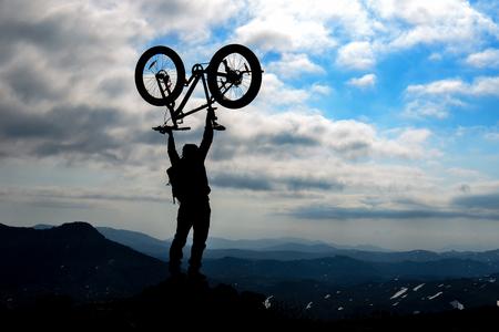 Photo pour bicycle adventure in dangerous and wild mountains - image libre de droit