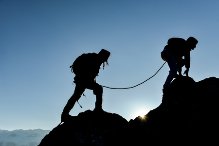 Foto de perseverance,struggle and determination in mountaineering - Imagen libre de derechos