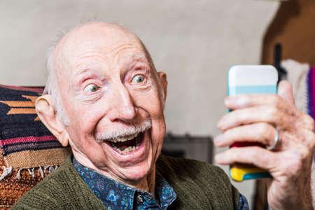 Foto de Elderly gentleman taking a selfie with smartphone - Imagen libre de derechos