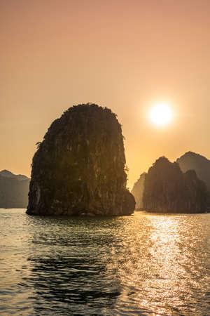 Foto de Romantic Halong bay sunset over limestone rocks in Vietnam - Imagen libre de derechos