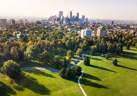 Foto de Denver cityscape aerial view from the city park, Colorado, USA - Imagen libre de derechos
