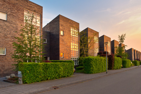 Photo pour Street with modern houses in a suburban area - image libre de droit