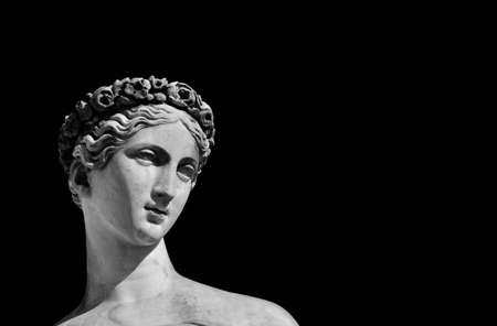Photo pour Ancient Roman or Greek goddess marble statue (Black and White with copy space) - image libre de droit