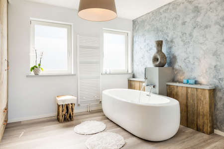Photo pour Modern bright bathroom with seperate bath - image libre de droit
