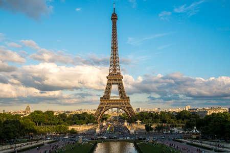 Photo pour Eiffel Tower, Paris, France - image libre de droit