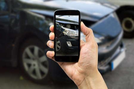 Foto de Man photographing his veiculo damages for accident insurance - Imagen libre de derechos