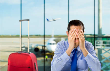 Photo pour crying businessman who delayed flight at an airport - image libre de droit
