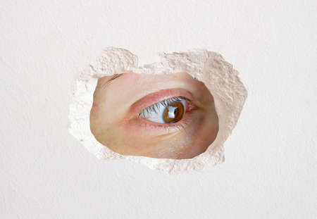 Photo pour eye looking wall hole close up trapped - image libre de droit