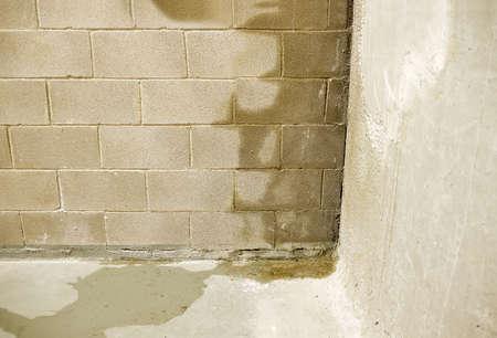 Photo pour Rain water leaks on the wall causing damage - image libre de droit
