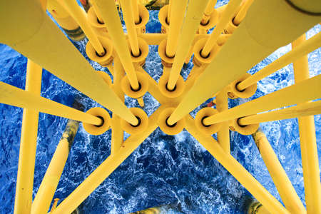 Photo pour Oil and Gas Producing Slots at Offshore Platform, Oil and Gas Industry. Well head slot on the platform or rig. Production and Explorer industry. - image libre de droit