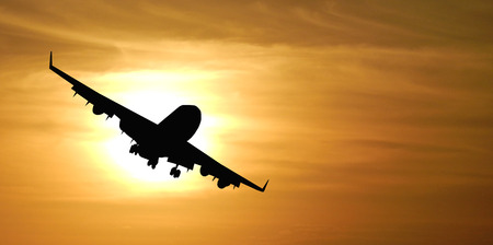 Foto de The silhouette of the plane against the sun. - Imagen libre de derechos