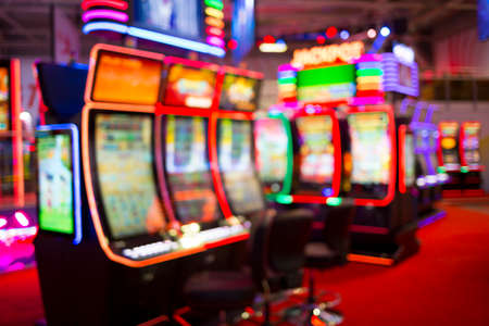 Foto de Blurred slot machines are seen in a casino. Out of focus blurry image of casino equipment. - Imagen libre de derechos