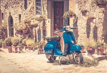 Foto de Scooter in front of old building in Cortona town, Tuscany - Imagen libre de derechos