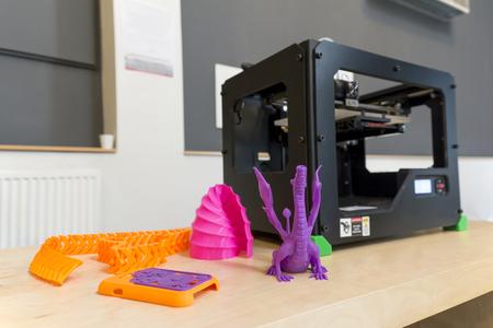 Photo pour 3D Printer And Printed Samples - image libre de droit