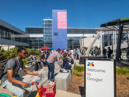 Photo pour Mountain View, USA - September 25, 2018: Employees working outdoors at Googleplex headquarters main office - image libre de droit