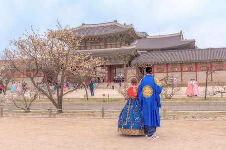 Foto de Korean Lover dressed Hanbok  traditional of spring cherry  blossom in Gyeongbokgung Palace in Seoul, South Korea. - Imagen libre de derechos