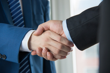 Photo pour business people handshaking - image libre de droit