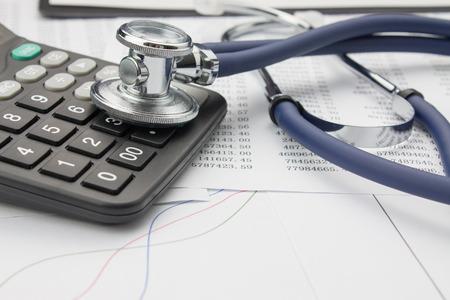 Foto de Stethoscope and calculator - Imagen libre de derechos