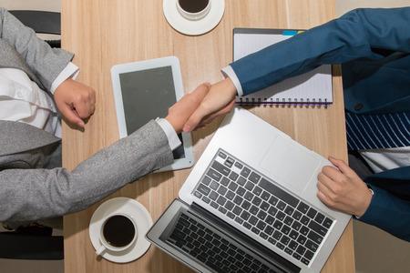 Foto de business people handshaking - Imagen libre de derechos