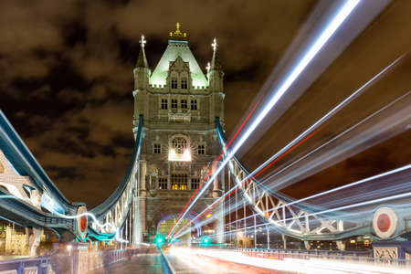 Foto de Light trails along Tower Bridge in London, UK - Imagen libre de derechos