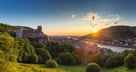 Foto de Heidelberg town with the famous old bridge and Heidelberg castle, Heidelberg, Germany - Imagen libre de derechos