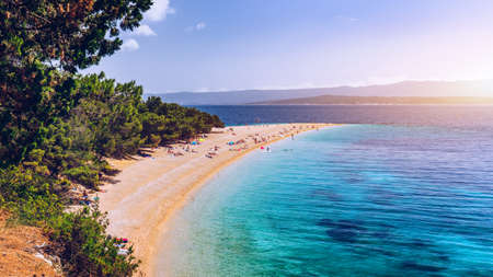 Foto de Zlatni Rat (Golden Cape or Golden Horn) famous turquoise beach in Bol town on Brac island, Dalmatia, Croatia. Zlatni Rat sandy beach at Bol on Brac island of Croatia in summertime. - Imagen libre de derechos