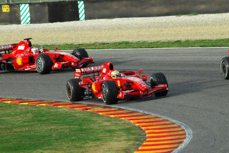 Photo pour MUGELLO, IT, November, 2007: Official Drivers Felipe Massa, Kimi Raikkonen, Luca Badoer and Marc Genè run with Modern Ferrari F1 during Finali Mondiali Ferrari 2007 into the mugello circuit in italy - image libre de droit