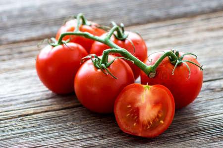 Photo pour Fresh tomatoes on wood background - image libre de droit