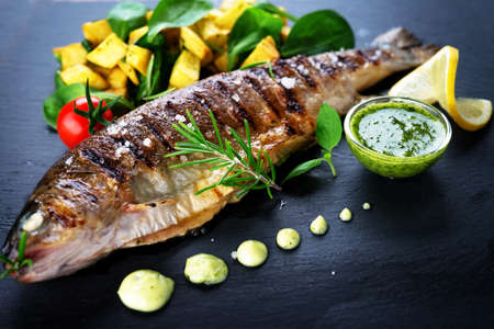 Foto de Grilled trout with potato and spinach - Imagen libre de derechos