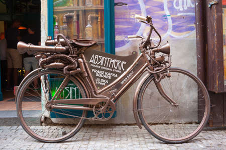 Foto de PRAGUE, CZECH REPUBLIC - JUNE 17, 2017: An old funny bycicle in the center of Prague near the bar, in Czech Republic on June 17, 2017 - Imagen libre de derechos