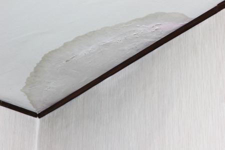 Photo pour Big water stain on ceiling due to flood - image libre de droit