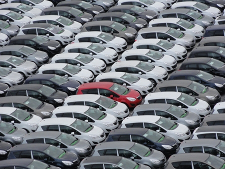 Foto de Photo of many cars with one a different color - Imagen libre de derechos