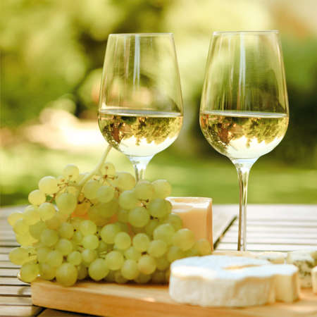 Photo pour Various sorts of cheese, grapes and two glasses of the white wine - image libre de droit