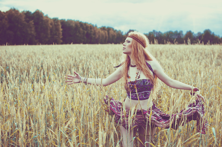 Photo pour Hippie blone girl cheerful, peaceful and free. Summer time - image libre de droit