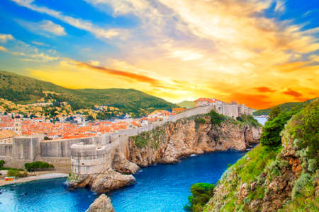 Foto de Beautiful view of the fortress wall and the gulf of the historic city of Dubrovnik, Croatia on a sunny day. - Imagen libre de derechos
