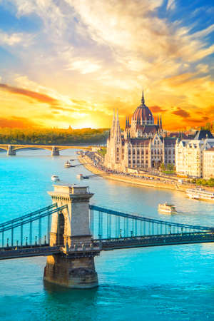 Foto de Beautiful view of the Hungarian Parliament and the chain bridge in Budapest, Hungary - Imagen libre de derechos