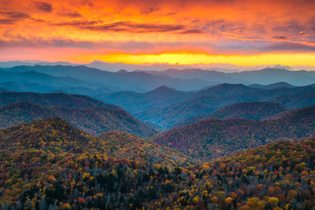 Photo pour North Carolina Blue Ridge Parkway Mountains Sunset Scenic Landscape near Asheville, NC during the autumn fall foliage - image libre de droit