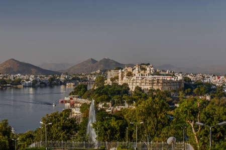 Foto de 27 Nov 2007-lake and palace frome pandit dindayal upadhyay Park or sun set point udaipur Rajasthan INDIA - Imagen libre de derechos