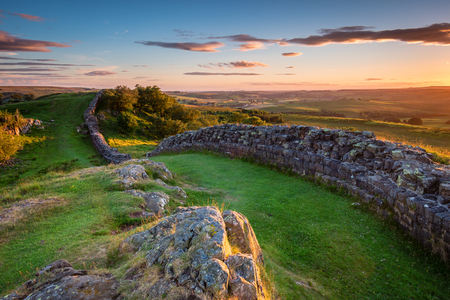 Foto de Hadrian's Wall near sunset at Walltown, which is a World Heritage Site in the beautiful Northumberland National Park. Popular with walkers along the Hadrian's Wall Path and Pennine Way - Imagen libre de derechos