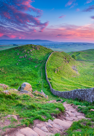 Photo pour Golden Light at Hadrian's Wall Caw Gap in the beautiful Northumberland National Park. Popular with walkers along the Hadrian's Wall Path and Pennine Way - image libre de droit