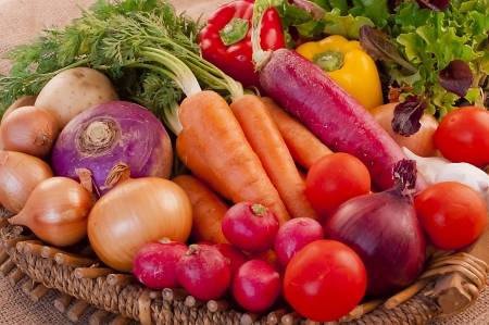 Photo pour Basket full of fresh, nutritious and delicious vegetables - image libre de droit