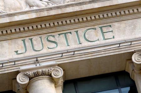 Foto de Justice sign on a Law Courts building - Imagen libre de derechos