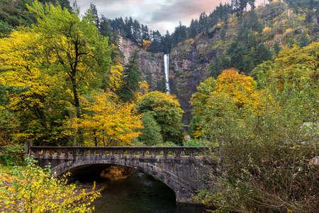 Foto de Multnomah Falls along Old Columbia Highway in Fall Season - Imagen libre de derechos